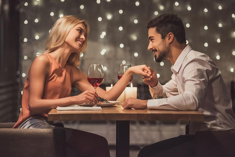 man compliments woman on date dinner