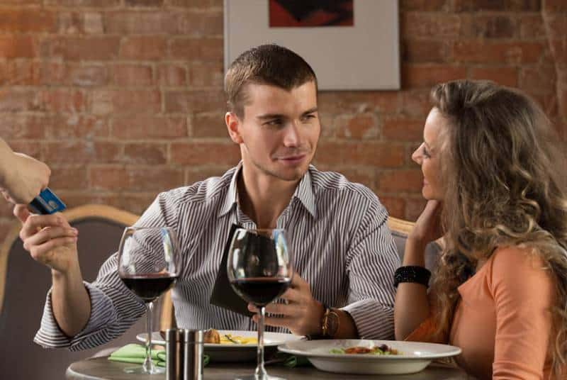man paying dinner on date
