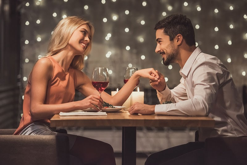 man complimenting woman on dinner date