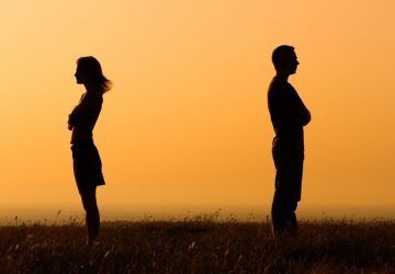 """8 Signs You're Experiencing A False """"Twin Flame"""" Kind Of Relationship"""