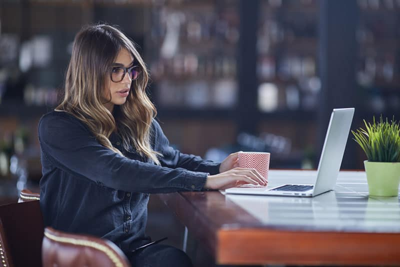 attractive bussines woman working on laptop