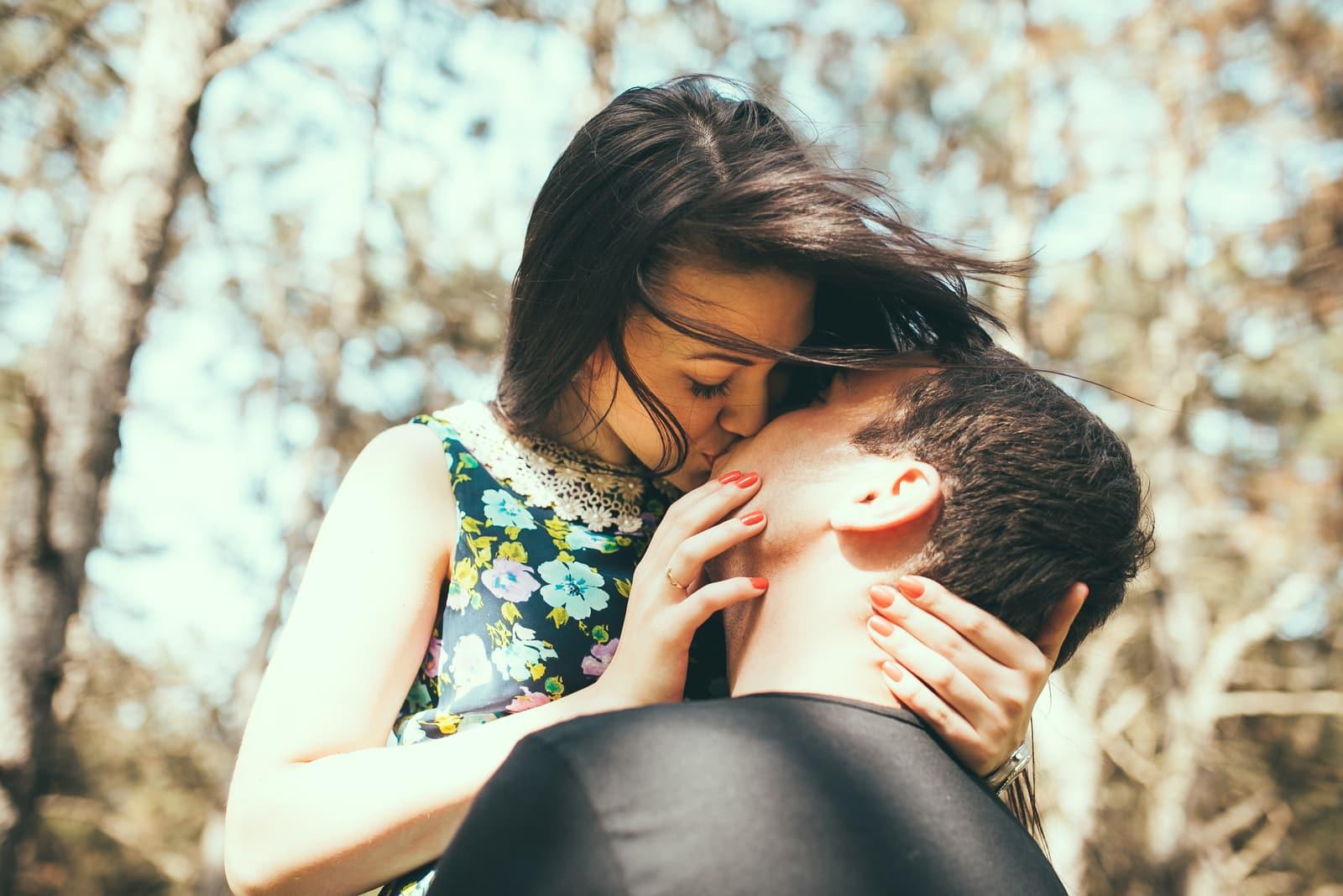 couple kissing outdoor in summer sun light
