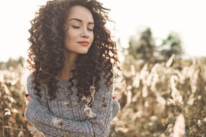 Atmosferyczne zdjęcie plenerowe młodej pięknej damy. Brązowe włosy i oczy. Ciepły upadek. Jesienne wibracje. Miękkość, ciepło i komfort