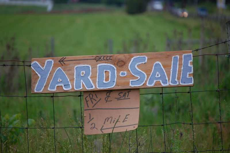 Yard sale sign with green grass in the background