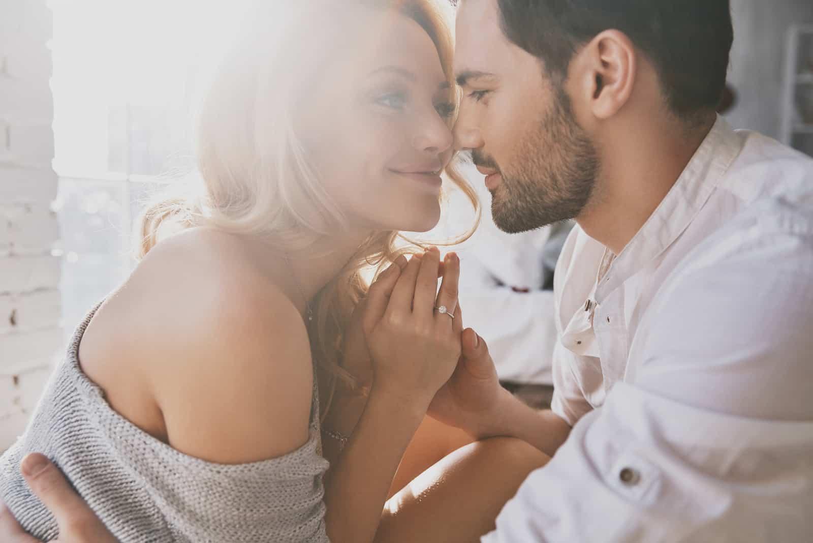 un homme et une femme se regardent en se tenant la main