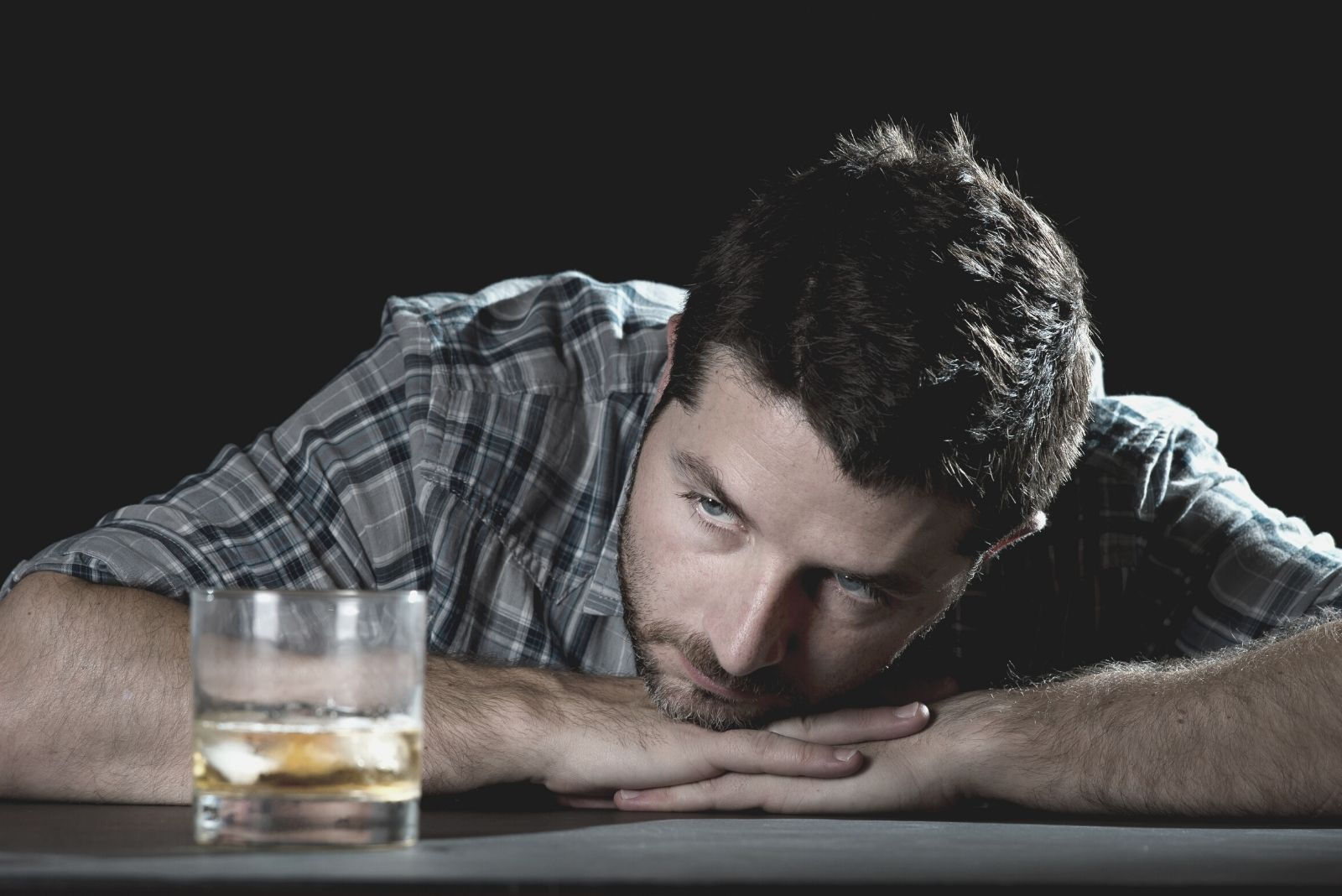 10 Warning Signs You're Dating An Alcoholic (And What You Can Do)