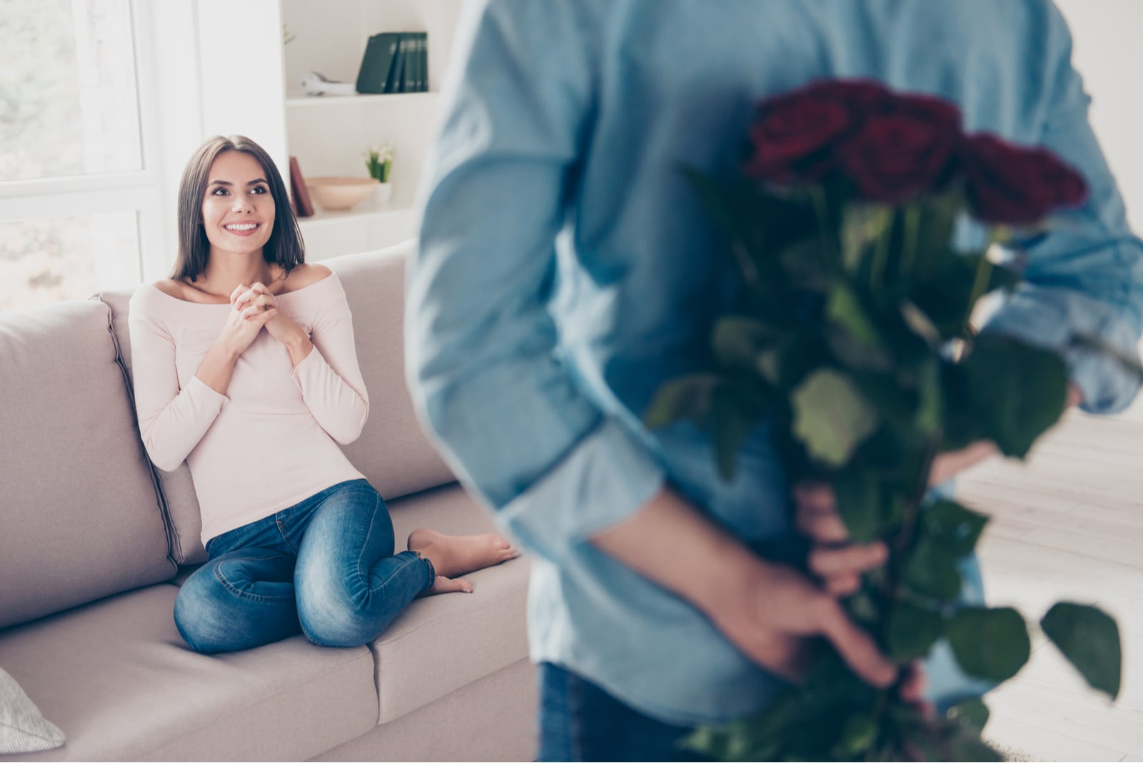 a man bought a bouquet of roses to surprise a woman